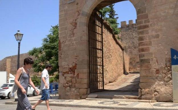 La Puerta Del Capitel Siguiente Paso En La Alcazaba Hoy