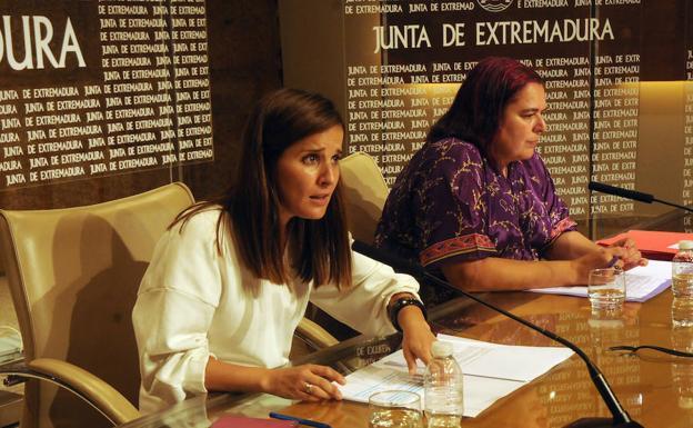 Isabel Gil Rosiña junto a la consejera de Agriculutra, Begoña García, tras el Consejo de Gobierno
