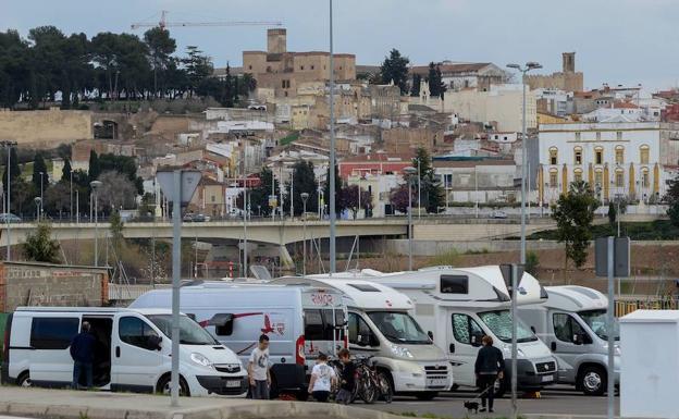 Autocaravanas estacionadas junto al parque del río:. HOY