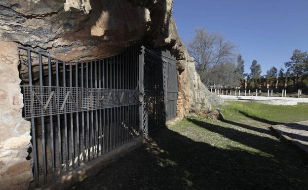 Entrada de la cueva de Maltravieso, que permanece cerrada. ::