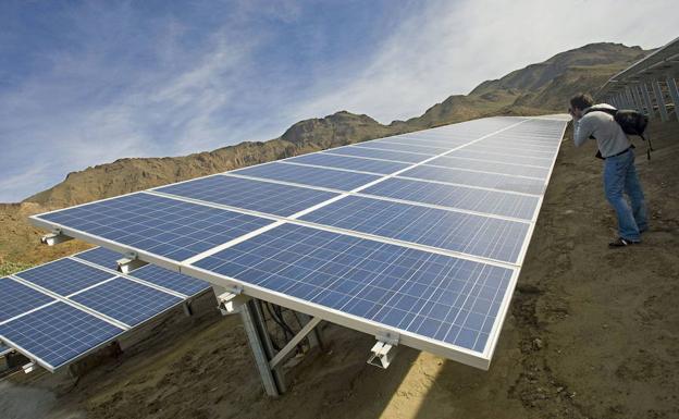 Planta fotovoltaica inaugurada la semana pasada en Almería, una de las últimas en España. :: EFE/