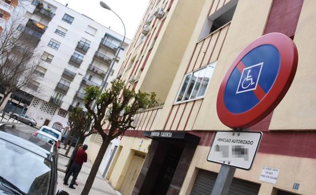 Plaza exclusiva de aparcamiento para una persona con movilidad reducida en Badajoz. :: C. MORENO/