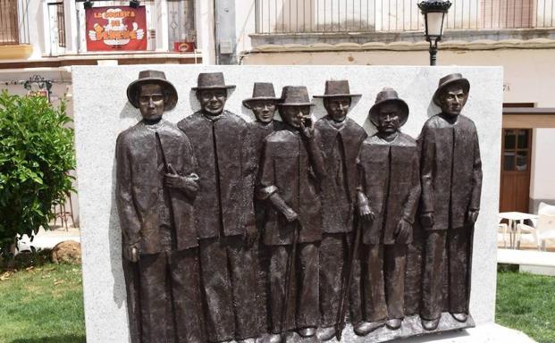 Escultura dedicada a los chalanes en la plaza de Campanario:: F.H.