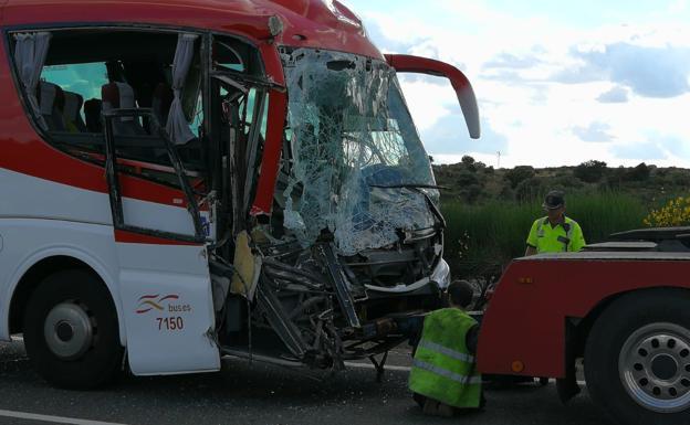 Estado del autobús tras el accidente. /JAVIER SÁNCHEZ