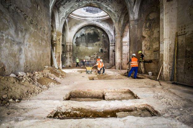 salen a la luz siete criptas bajo el suelo de la antigua