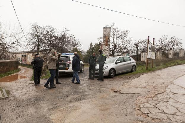 Imagen del dispositivo policial del viernes para localizar al preso huido en Cáceres :: jorge rey/