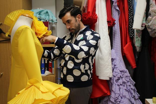 6088d596c Luis Fernández trabajando en su taller de Fuente de Cantos en uno de los  vestidos de