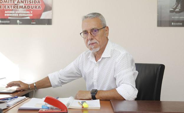 Santiago Pérez en su despacho del Comité Antisida.
