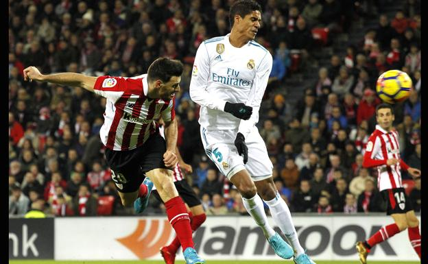 Raphael Varane y Aritz Aduriz durante un Athletic Club-Real Madrid