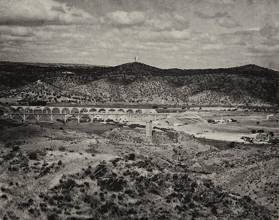 En primer término, ligeramente a la derecha, la torre de Floripes. Detrás, el puente carretero y el que fue construido en 1932. Si se observa con detalle, entre los vanos se ven las pilas de viadulcto de Eiffel.