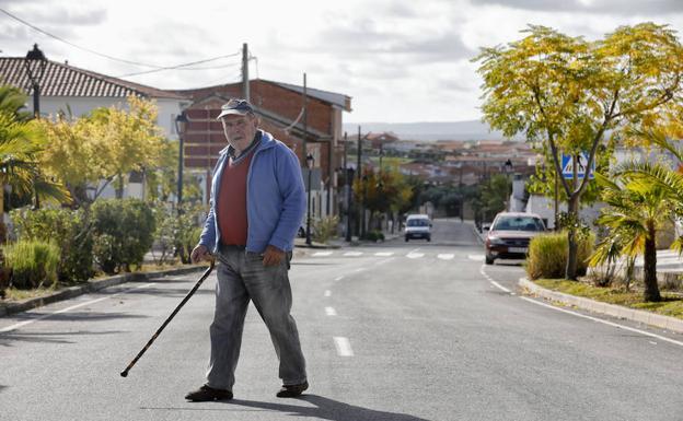 Un vecino de Santiago del Campo (275 empadronados) cruza la carretera que atraviesa el pueblo.