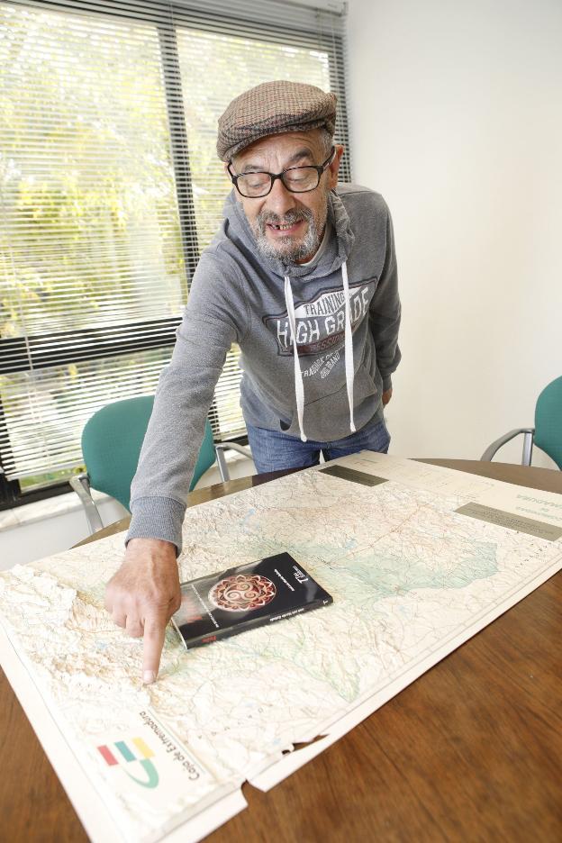 Martín Galindo, con su libro, señala donde se habla a fala. :: Armando/