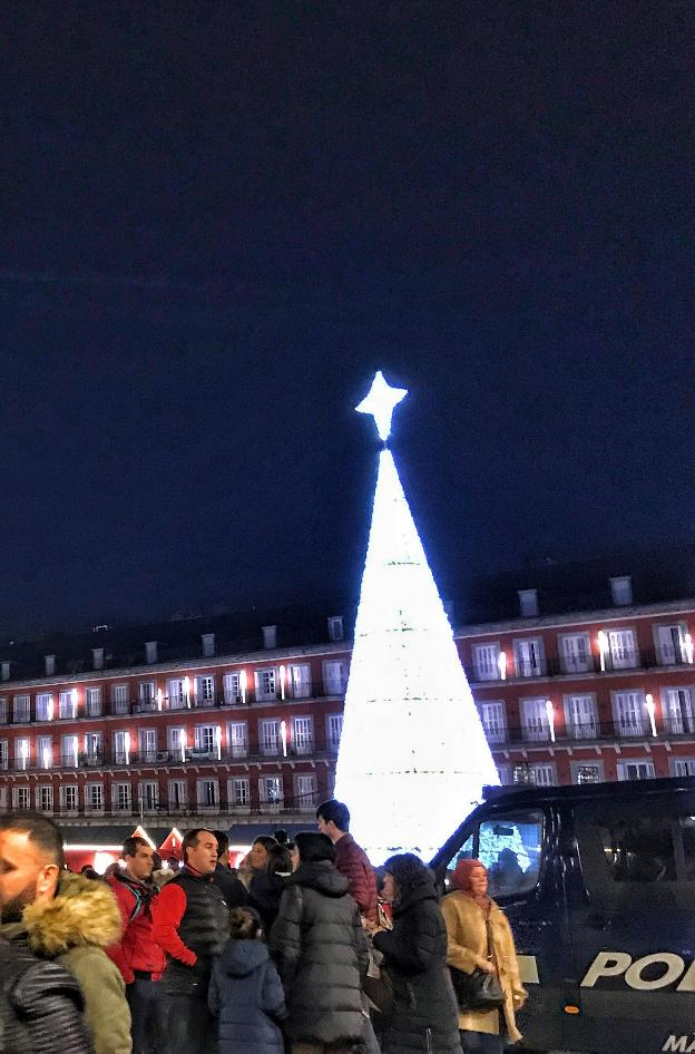 Cucurucho navideño en la plaza Mayor de Madrid. :: E. R./