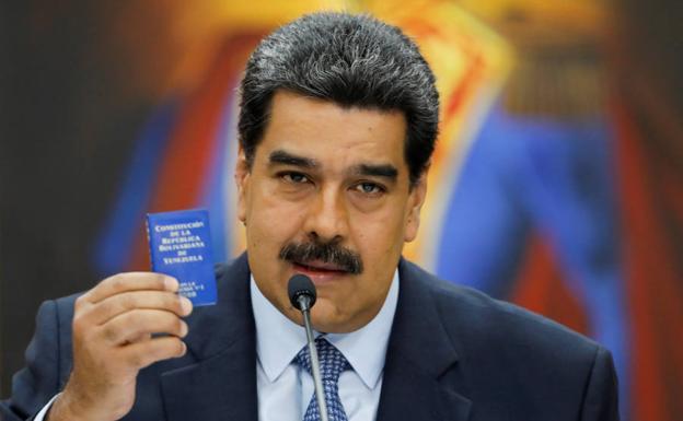 Nicolás Maduro sujeta un pequeño ejemplar de la Constitución venezolana en su último mensaje al país./Reuters