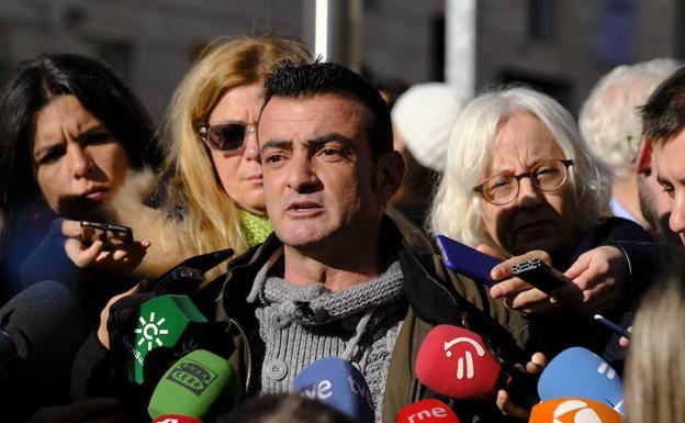 Danel Lorente, atiende a los medios de comunicación a la puerta del Congreso de los Diputados.