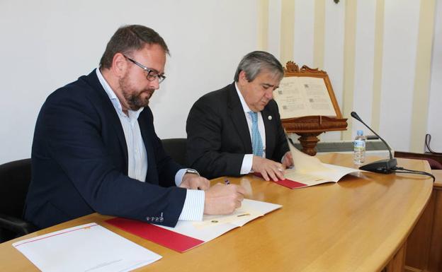 Firma del convenio entre el Ayuntamiento y la UEx:: HOY/