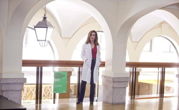 La psiquiatra Julia García White después de la entrevista. :: JORGE REY/