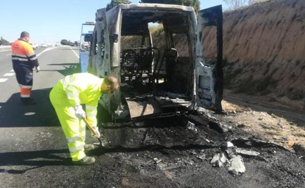 Así quedó la ambulancia incendiada:: ABC
