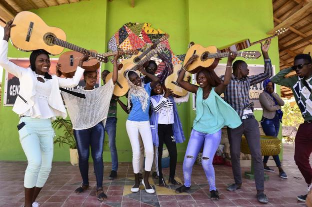 Jóvenes senegaleses, con los instrumentos que los voluntarios de la asociación Leãozinho les acaban de entregar. :: carlos mardones/