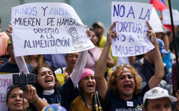 Opositores protestan contra el Gobierno de Nicolás Maduro frente a la sede de los programas de desarrollo de la ONU en Caracas./AFP