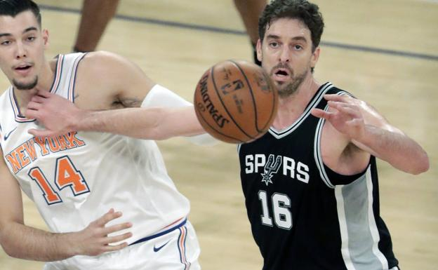 Willy Hernangomez (i) de Knicks en acción ante Pau Gasol (d) de Spurs.