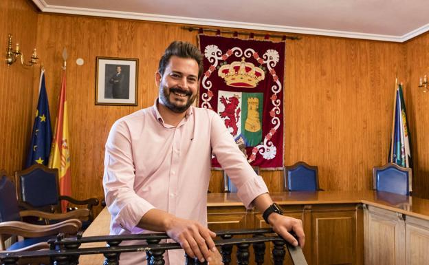 El alcalde de Torrejoncillo,Ricardo Rodrigo, en el salón de plenos del Ayuntamiento.: ANDY SOLÉ