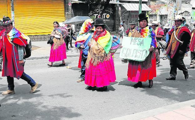 Partidarios de Evo Morales se manifiestan contra las acusaciones de fraude electoral.