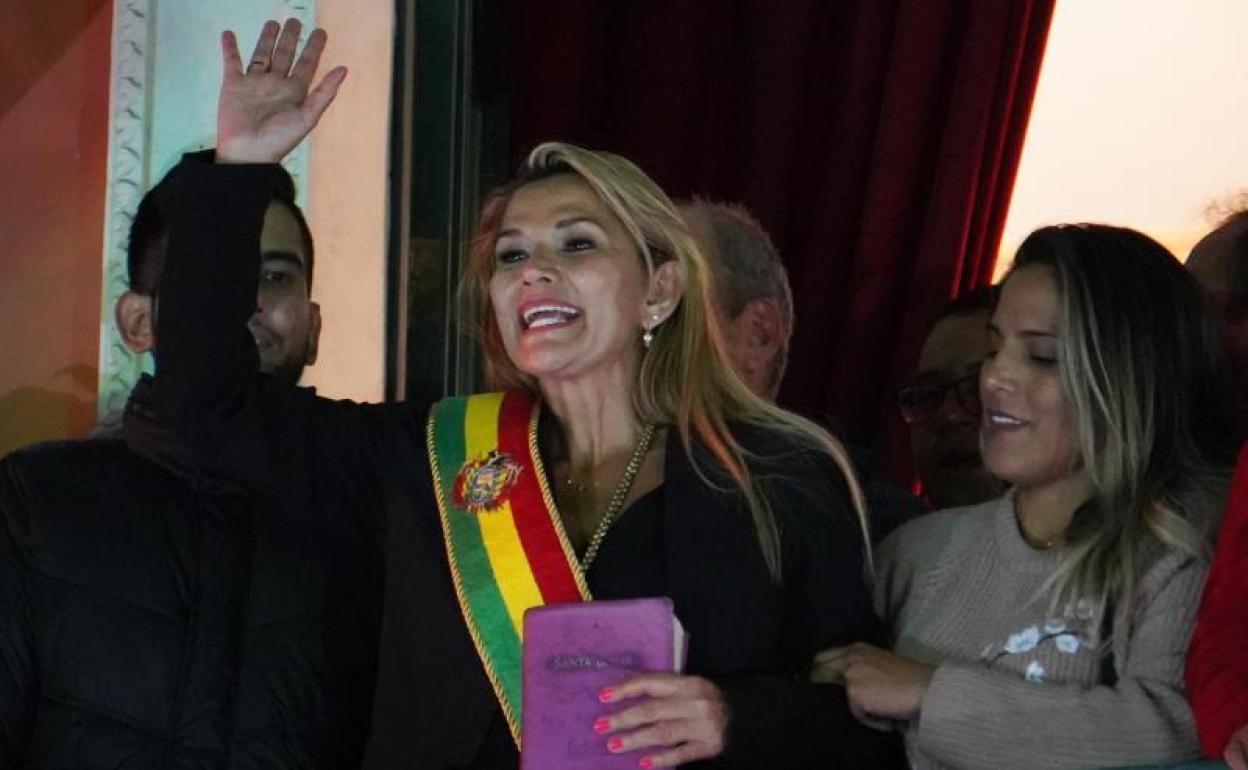 La senadora Jeanine Añez asume la presidencia de Bolivia sin quórum en el  Parlamento | Hoy