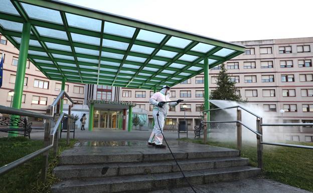 Operarios desinfectando el Hospital de Mérida días atrás./Brígido
