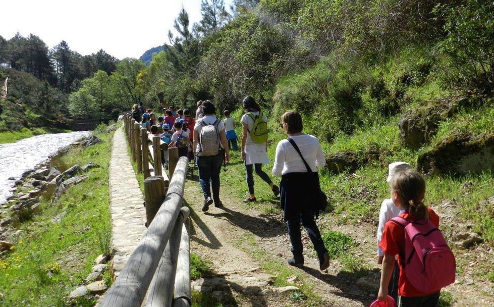 Participantes en un campamento de verano de la empresa Légola haciendo una ruta. /Hoy