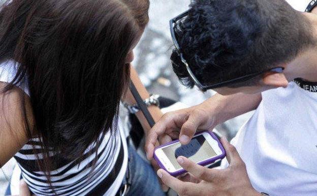 El telefono móvil es utilizado por los menores para entrar en las redes sociales./E. P.