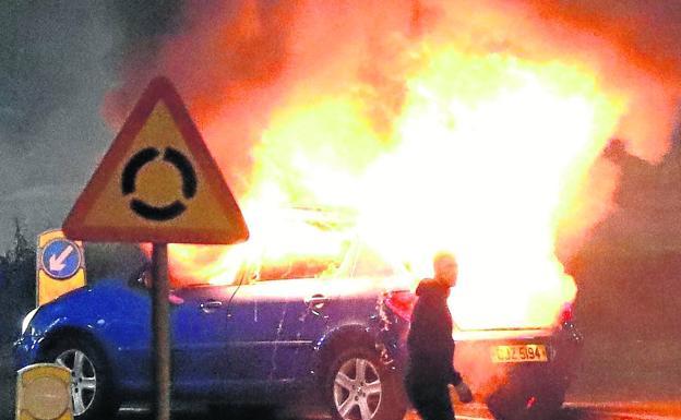 Lanzan 30 cócteles molotov a la Policía en disturbios en Ulster