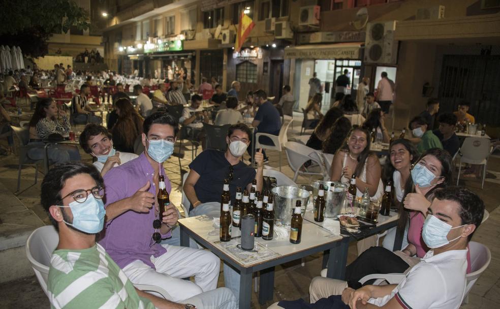 Un grupo de jóvenes beben unas cervezas en la Plaza de Santa María de la Cabeza, uno de los lugares para disfrutar de la vida nocturna de Badajoz.  / PAKOPÍ
