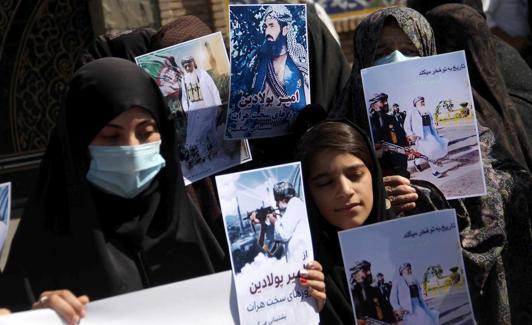 Dose-dosenang mga kababaihan ang nagtungo sa mga lansangan ng Herat upang suportahan ang mga pinuno ng mujahideen na nakikipaglaban sa Taliban.  / Patawarin mo ako