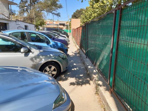 Los vehículos 'invaden' la acera de Sport Street.  / HOY DIA