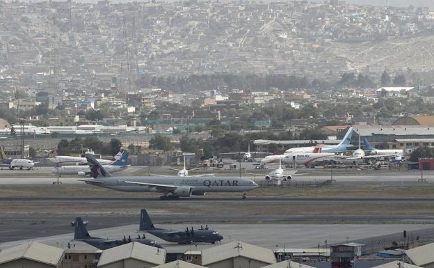 Isang komersyal na eroplano ang naghahanda na mag-alis mula Kabul kahapon kasama ang dalawang eroplano ng militar ng US