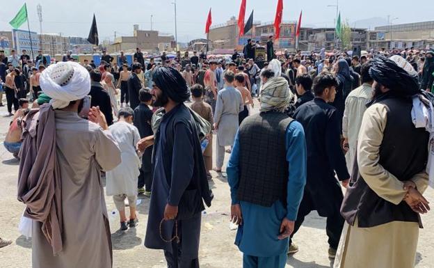 Si Taliban ay nagbabantay habang dumadalo ang mga Shiite sa isang prusisyon ng pagluluksa sa Kabul / EFE
