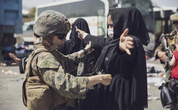 Isang sundalong Amerikano ang naghahanap sa isang babae sa Kabul.  / Reuters