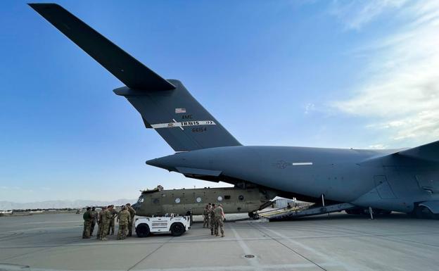 Ang isang helikopter ng US CH-47 Chinook ay na-load sa isang sasakyang panghimpapawid ng C-17 sa paliparan sa Kabul, isa sa huling nag-alis noong Lunes.