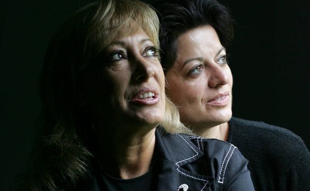 María Mendiola junto Maryse, la integrante otra de Baccara en una imagen de archivo de 2005. /EFE