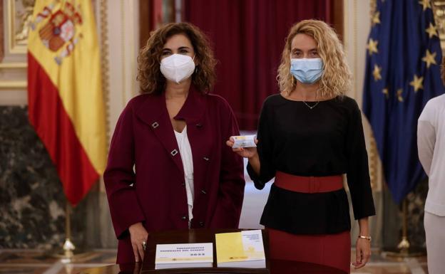 La ministra de Hacienda, María Jesús Montero, y la presidenta del Congreso, Meritxell Batet, presentan el proyecto de PGE en el Congreso. / /EFE