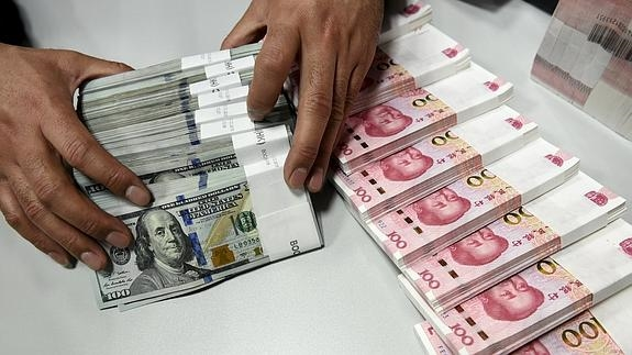 Un Empleado Cuenta Yuan Chino Y Billetes De Dólares Estadounidenses En Una Sucursal Del Banco