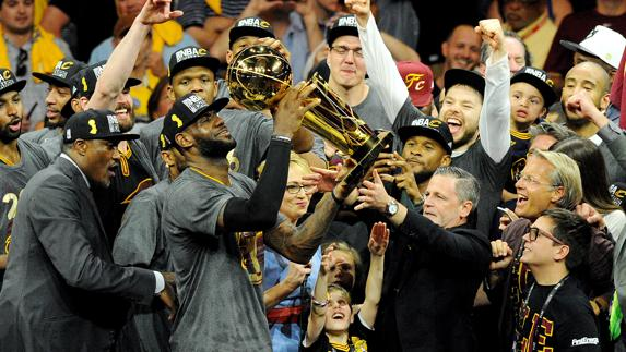 LeBron James, con el trofeo./